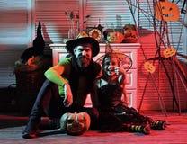Волшебник и маленькая ведьма в шляпах показывают большие пальцы руки вверх стоковое фото rf