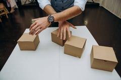 Волшебник показывает руке ловкости представления пустые коробки стоковые изображения rf