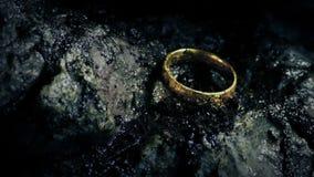 Волшебное кольцо скомплектовало вверх и падающ на утесы акции видеоматериалы