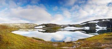 Волшебное ледниковое озеро, ландшафт горы лета Стоковое Фото