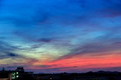 Волшебное нереальное красочное небо на восходе солнца Стоковые Изображения RF