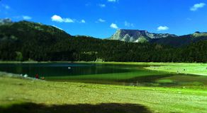 Волшебное озеро природы на горе стоковые изображения rf