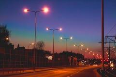 Волшебно дорога красивого вечера пустая с накалять освещает в th стоковое изображение rf