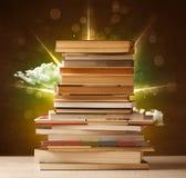 Волшебные книги с лучем волшебных светов и красочных облаков Стоковые Фотографии RF