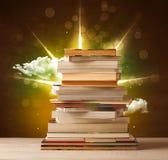 Волшебные книги с лучем волшебных светов и красочных облаков Стоковые Изображения RF