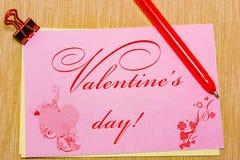 волшебные ручка и примечание и paperclip бумаги на желтой предпосылке, минимальной концепции и разницах в сходств День валентинки Стоковая Фотография RF