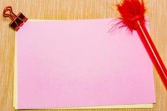 волшебные ручка и примечание и paperclip бумаги на желтой предпосылке, минимальной концепции и разницах в сходств Стоковое Изображение RF