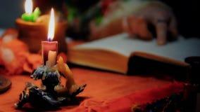 Волшебные свечи горя во время ритуала, ведьма призывая духи, колдовство видеоматериал