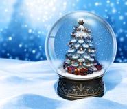 Волшебный глобус снега с рождественской елкой на голубой предпосылке бесплатная иллюстрация