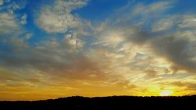 Волшебный заход солнца на красивом заходе солнца, облаках при солнце устанавливая вниз видеоматериал