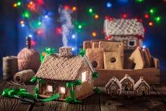 Волшебный коттедж пряника рождества в старой мастерской Стоковое Изображение