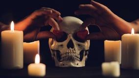 Волшебный ритуал с черепом и сердцами видеоматериал