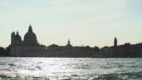 Волшебный час в Венеции, плавание vaporetto вдоль грандиозного канала, туристических достопримечательностей сток-видео