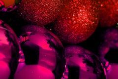 Волшебный шарик Забавляйтесь шарик с снегом и Санта Клаусом, который идет вручить вне подарки на рождестве стоковая фотография