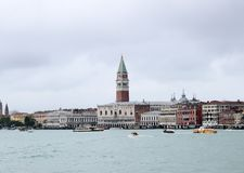Волшебство Венеция - взгляд от шлюпки стоковая фотография rf