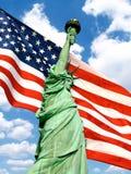 вольность американского флага над статуей стоковая фотография rf