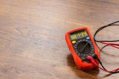 Вольтамперомметр для измерения напряжения тока стоковое фото