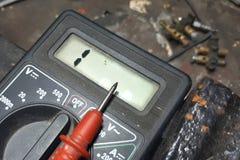 Вольтамперомметр или multitester электронная измеряя аппаратура стоковые фотографии rf