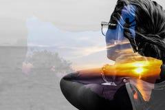 Воображение женщины с предпосылкой захода солнца Стоковое Изображение