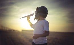 Воображение, мальчик играя для того чтобы быть классическим пилотом, нося мех ha Стоковые Фотографии RF
