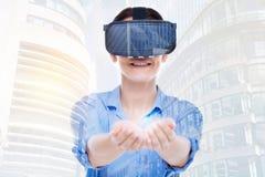 Воодушевленная женщина в шарике шлемофона VR вручая света Стоковые Изображения