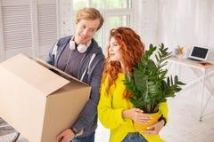 Воодушевленная квартира веселых пар входя в Стоковые Фото