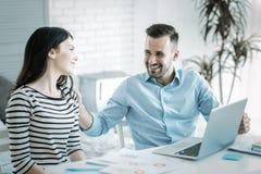 Воодушевленный 2 коллегам высчитывая доход Стоковые Изображения