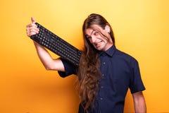 Воодушевляя мужской взрослый держа клавиатуру стоковые изображения rf