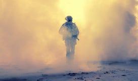 Вооруженная пехота в дыме во время военной операции стоковые изображения rf