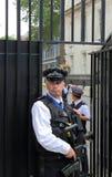 Вооруженная полиция вне Даунинг-стрит Стоковые Изображения