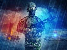 Вооруженное положение солдата в середине пыльной бури стоковое изображение