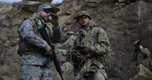 Вооруженные солдаты рассматривая карту стоковое изображение rf