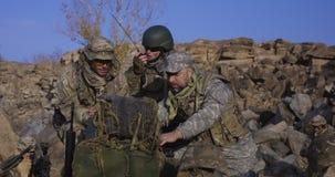 Вооруженные солдаты смотря компьютер стоковое фото rf