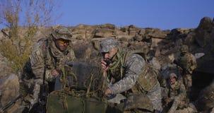 Вооруженные солдаты смотря компьютер стоковые изображения rf