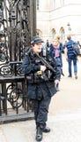 Вооруженный великобританский предохранитель положения женщина-полицейского Стоковые Фото