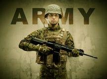 Вооруженный солдат с поврежденной предпосылкой стены стоковая фотография rf