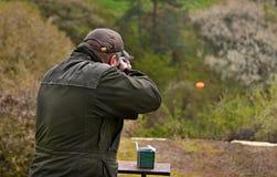 Вооруженный человек снимая голубя асфальта Стоковые Фотографии RF