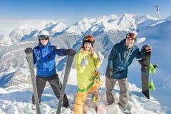 Воодушевленная группа в составе snowboarders на саммите Стоковое Изображение RF