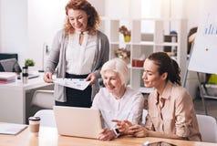 Воодушевленные творческие дамы дела работая в офисе Стоковые Фото