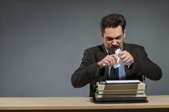 Воодушевленный автор бросая скомканную бумагу Стоковая Фотография RF