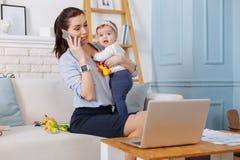 Воодушевляя харизматическая мать вызывая ее деловой партнера Стоковые Изображения RF