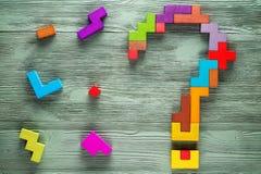 Вопросительный знак сделанный из красочных деревянных блоков Стоковое Фото