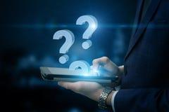 Вопросы о бизнесмена отвечая Стоковая Фотография RF