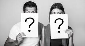Вопрос об анонимных, человека и женщины Проблемы и решения Получать ответы Портрет пар держа вопрос о бумаги стоковое изображение rf