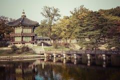 дворец seoul императора юг приятеля s seoul короля Кореи в июле 30 изменяя предохранителей Озеро Гора Отражение Стоковое Изображение