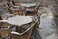 2 воробья прячут под таблицей от дождя Саламанка Стоковое Фото