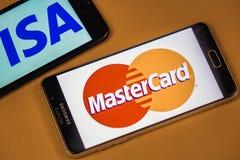 ВОРОНЕЖ, РОССИЯ - 3 могут, 2019: Логотип визы и логотип Mastercard по 2 различным телефонам стоковое фото