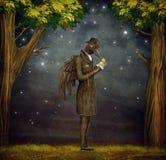 Ворон в темном лесе смотрит вахту бесплатная иллюстрация