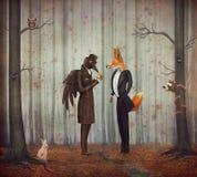 Ворон и Fox в темном лесе смотря вахту иллюстрация вектора