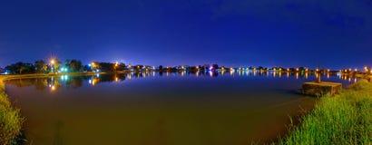 Ворота воды взгляда панорамы на канале во времени захода солнца стоковые фотографии rf